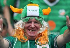 Πάνω από 100 Ιρλανδοί κάνουν καντάδα σε Γαλλιδούλα για να βοηθήσουν καψούρη φίλο τους (VIDEO)
