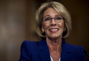 H μελλοντική υπουργός Παιδείας των ΗΠΑ λέει χρειάζονται όπλα στα σχολεία για άμυνα από αρκούδες γκρίζλι (VIDEO)